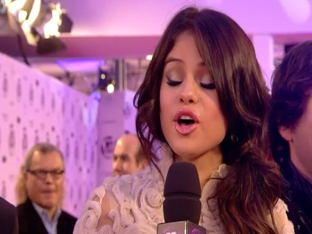2011 EMA - Red Carpet | Part 3 | Interview with Selena Gomez