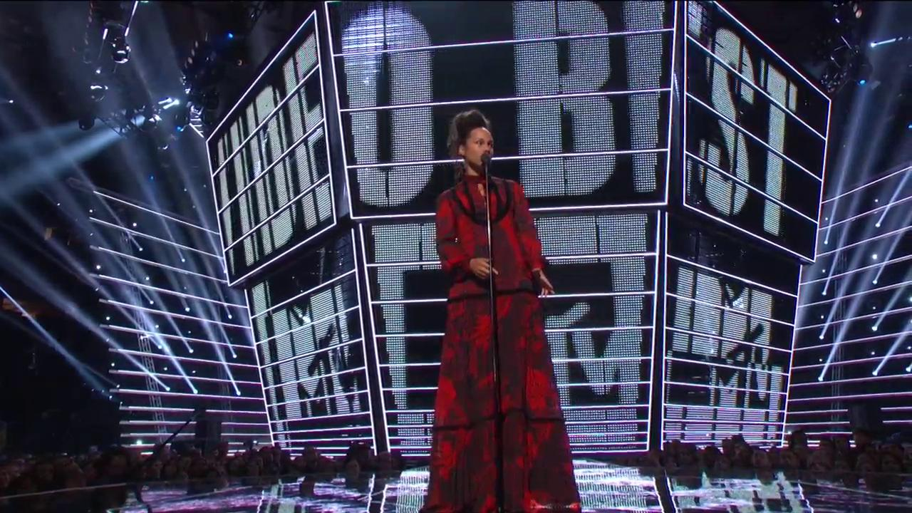 Alicia Keys Introduces Best Male Video (VMA 2016 MTV)